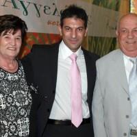 Ο Θάνος Αγγελάκης με τους γονείς του