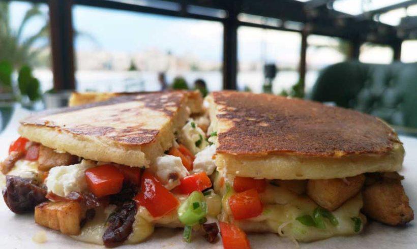 Pancakes κοτόπουλου με mix τυριών, λιαστή τομάτα και πολύχρωμες πιπεριές