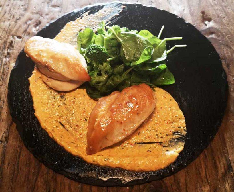 Κοτόπουλο με βραστά λαχανικά, με δροσερή σάλτσα πιπεριάς και γιαουρτιού χαμηλών λιπαρών