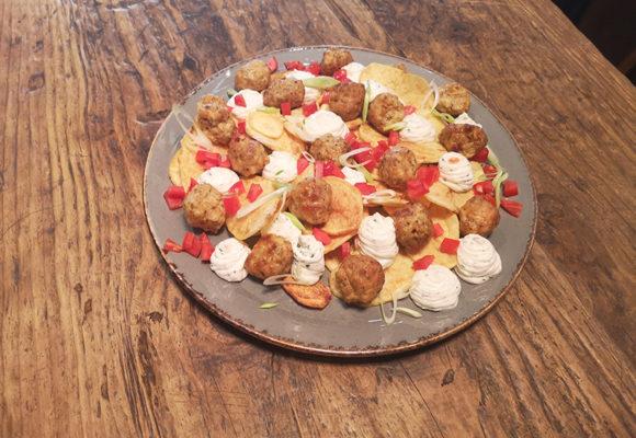 κεφτεδάκια κοτόπουλο με αρωματικό γιαούρτι και και τσιπς πατάτας