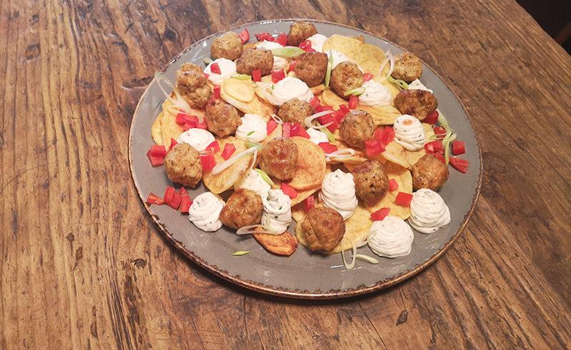 Κεφτεδάκια Κοτόπουλου με Αρωματικό Γιαούρτι & Τσιπς Πατάτας