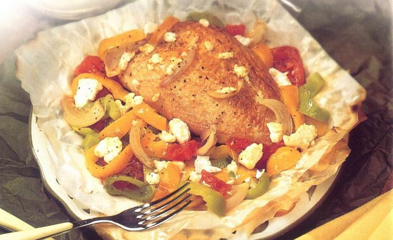 Στήθος κοτόπουλου με πιπεριές & φέτα στη λαδόκολλα