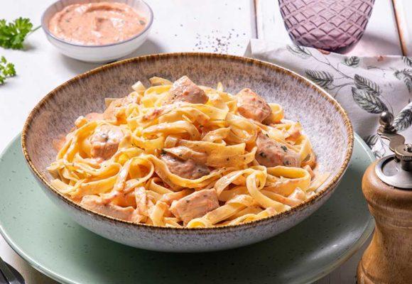 Ταλιατέλες με φιλέτο μπούτι κοτόπουλο Ελαιοπουλάκι®, αρωματικό γιαούρτι και πέστο πιπεριάς Φλωρίνης