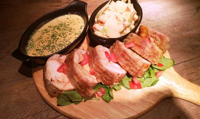 Τρυφερό ρολό κοτόπουλο στη λαδόκολλα με πουρέ πατάτας και γρήγορη σάλτσα μουστάρδας