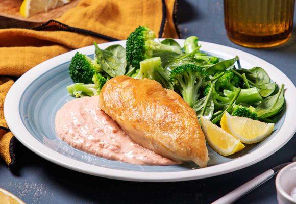 Φιλέτο στήθος κοτόπουλο Ελαιοπουλάκι® με βραστά λαχανικά και δροσερή σάλτσα πιπεριάς και γιαουρτιού χαμηλών λιπαρών