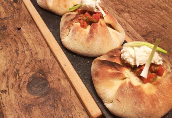 φωλιές με μπιφτέκια κοτόπουλου, μοτσαρέλα και τομάτα