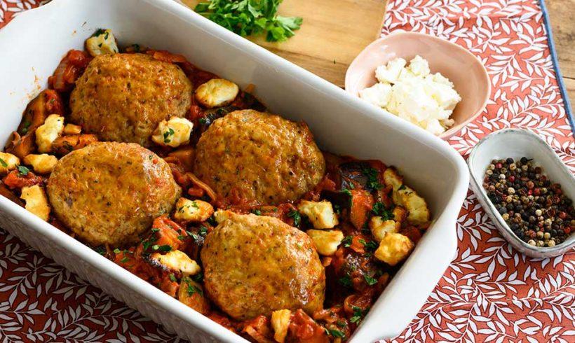 Μπιφτέκια κοτόπουλου από τη σειρά Μυστικές Συνταγές Αγγελάκης στον φούρνο με μελιτζάνες, τομάτα και φέτα