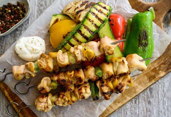 Καλαμάκια κοτόπουλου με φιλέτο μπούτι κοτόπουλο Ελαιοπουλάκι Αγγελάκης, σερβιρισμένα με ψητά λαχανικά