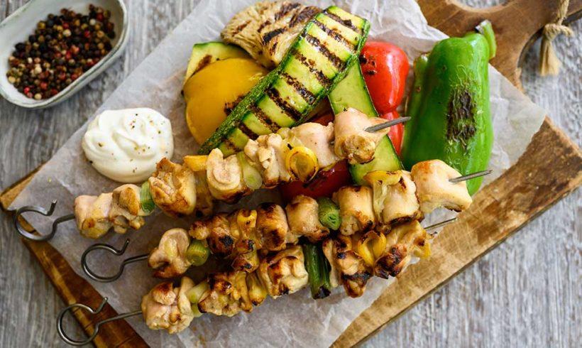 Καλαμάκια κοτόπουλου με φιλέτο μπούτι κοτόπουλο Ελαιοπουλάκι, σερβιρισμένα με ψητά λαχανικά