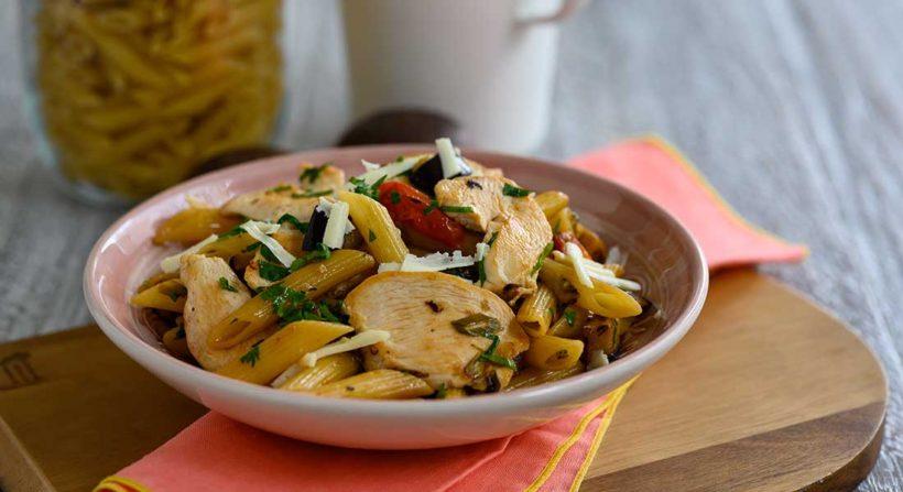 Πέννες με φιλέτο στήθος κοτόπουλο Ελαιοπουλάκι, μελιτζάνα, τοματίνια, γραβιέρα και φρέσκο κρεμμυδάκι