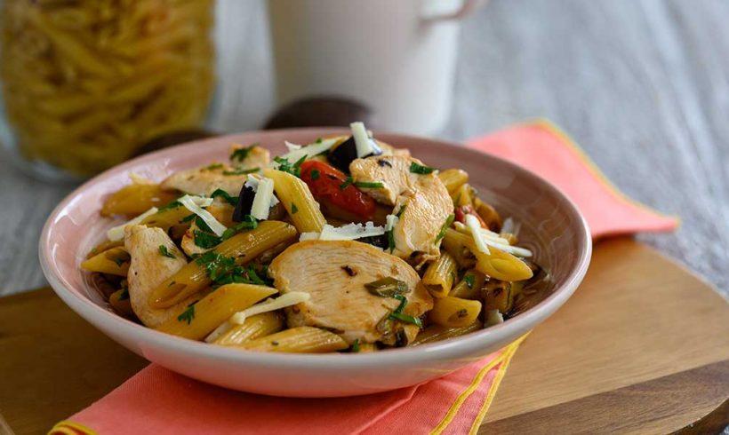 Πέννες με φιλέτο στήθος κοτόπουλο, μελιτζάνα, τοματίνια, γραβιέρα και φρέσκο κρεμμυδάκι