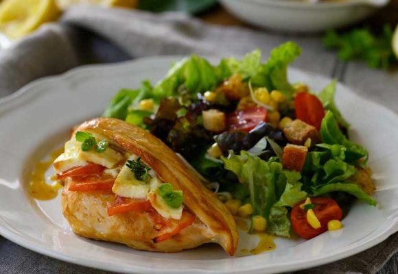 Φιλέτο στήθος κοτόπουλο γεμιστό με φέτα και τομάτα σερβιρισμένο με πράσινη σαλάτα