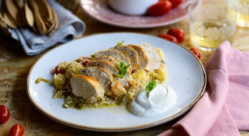 Φιλέτο στήθος κοτόπουλο με πιλάφι φούρνου και dip γιαουρτιού