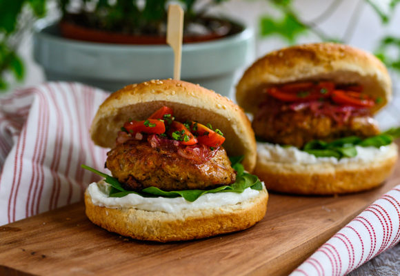 Burger κοτόπουλο με κρέμα φέτας