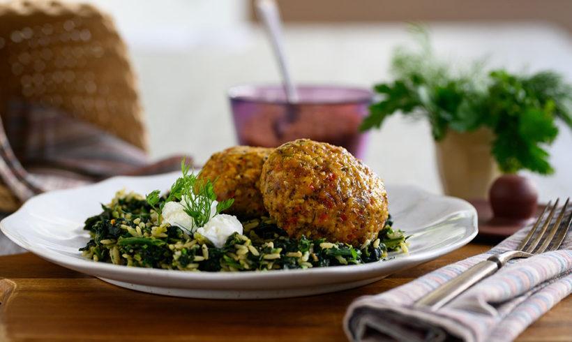 Μπιφτέκι κοτόπουλο με βρώμη με σπανακόρυζο καστανού ρυζιου και κατίκι
