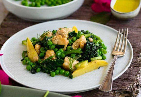 Αρακάς λεμονάτος με φιλέτο μπούτι κοτόπουλο και πράσινα λαχανικά
