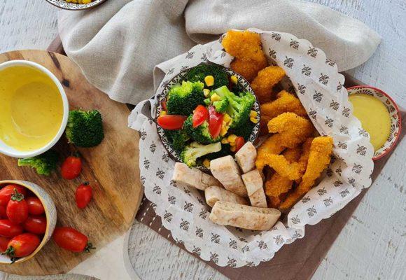 Φιλετίνια κοτόπουλου πανέ με λαχανικά και dip μουστάρδας