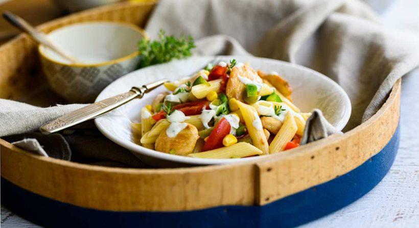 Σαλάτα ζυμαρικών με φιλέτο στήθος κοτόπουλο, λαχανικά και dressing γιαουρτιού και φρέσκα μυρωδικά