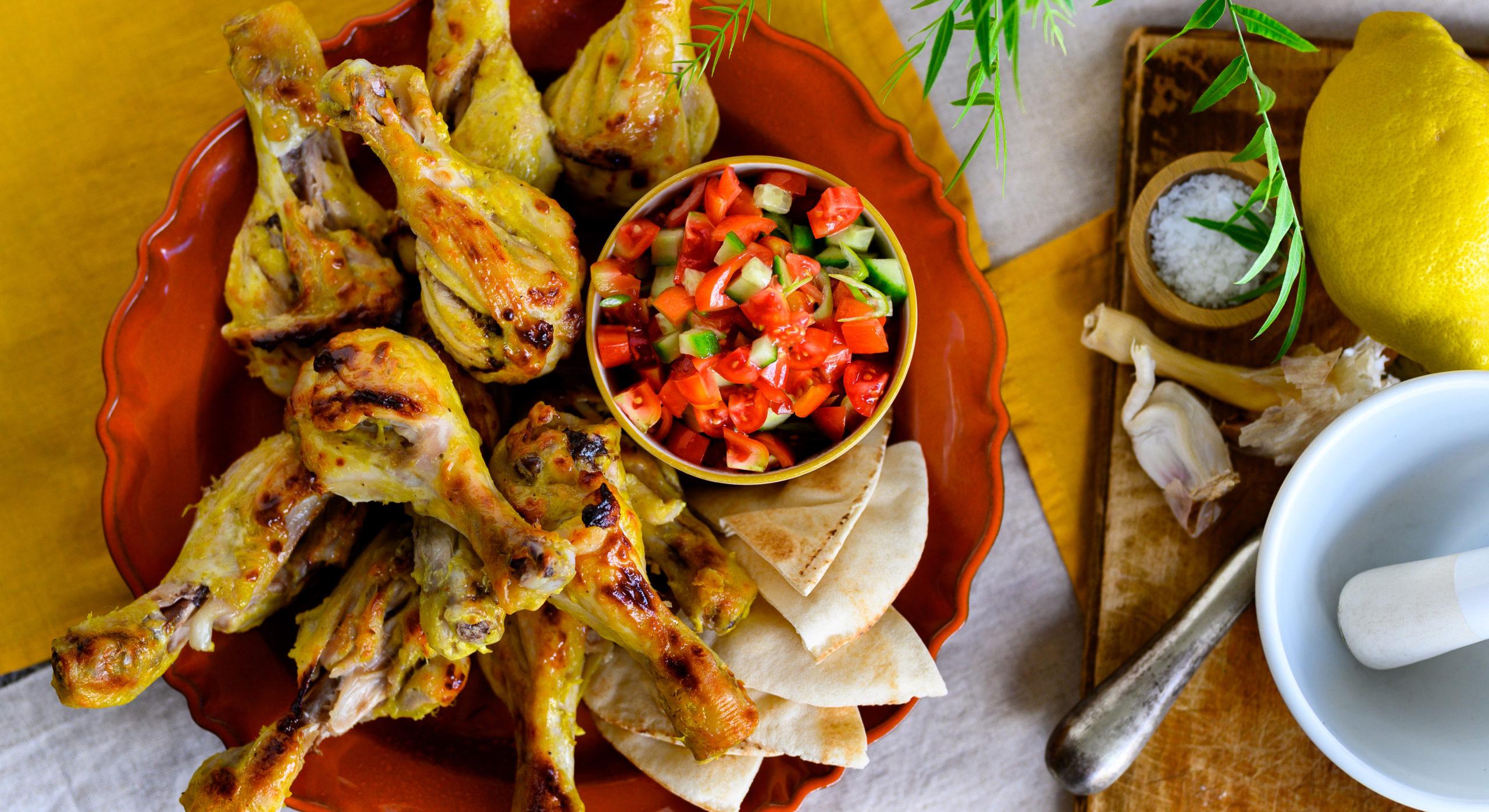 Κοπανάκια ψητά με μαρινάδα γιαουρτιού, αραβικές πίτες και τοματίνια