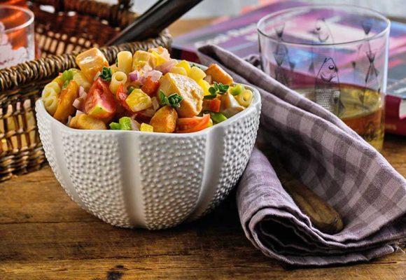 Σαλάτα ζυμαρικών με φιλέτο στήθος κοτόπουλο, κοφτό μακαρονάκι, λαχανικά και dressing γιαουρτιού