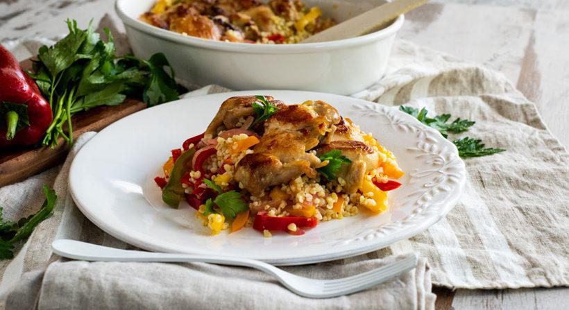Φιλέτο μπούτι κοτόπουλο στον φούρνο με πολύχρωμες πιπεριές και πλιγούρι